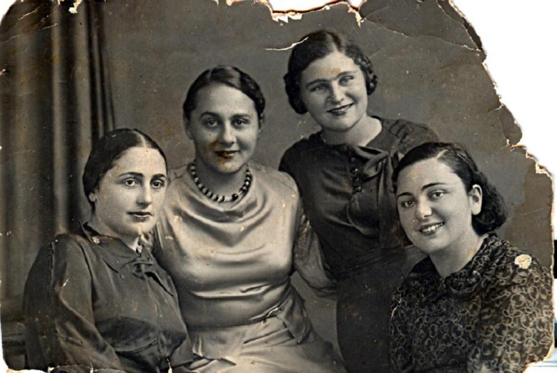 Крайняя слева — Сария Лакоба. Крайняя справа — ее сестра Назия. Вторая справа — Адиле