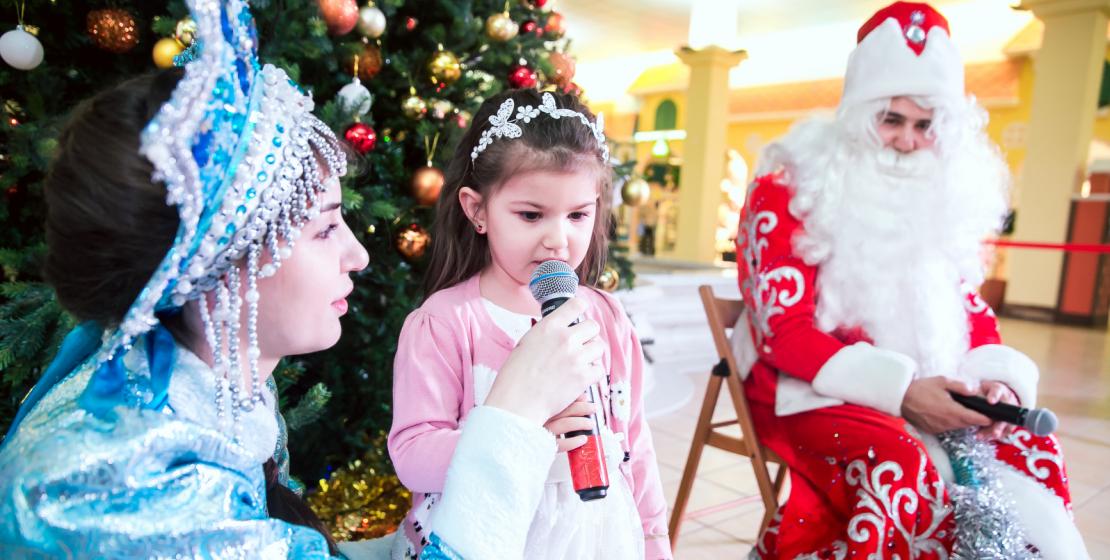 Детей поздравили с Новым годом Дед мороз и Снегурочка
