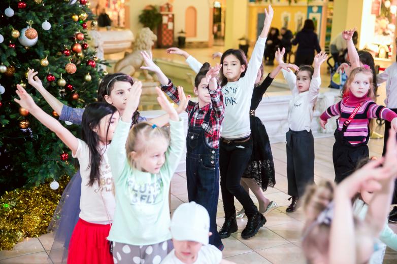 Гости праздника танцевали под новогодние песни и становились в хоровод