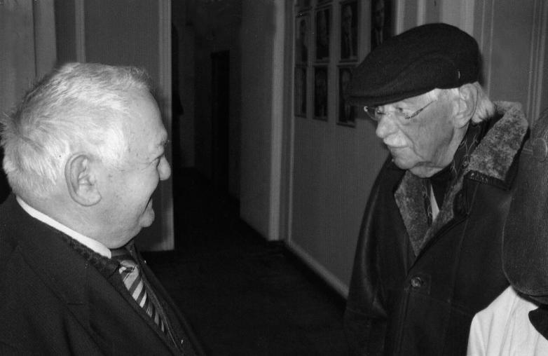 موشني لاسوريا وسيرغي ميخالكوف خلال اجتماعات الكتاب الروس الذين يعيشون في الخارج،