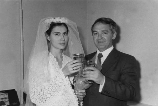 موشني لاسوريا و إلينا أوتربا خلال مراسم الزواج