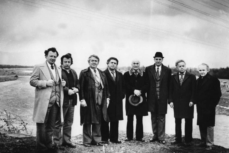 مجموعة من الكتاب الأبخازيين على ضفاف نهر كودور. من اليسار إلى اليمين نيكولاي خاشيغ، ألكسي غوغوا،  موشني لاسوريا، ألكسي دجينيا، ألكسي دجونوا، فلاديمير أنكفاب، كومف لوميا، بيكولاي كفيتسينيا، عام 1982