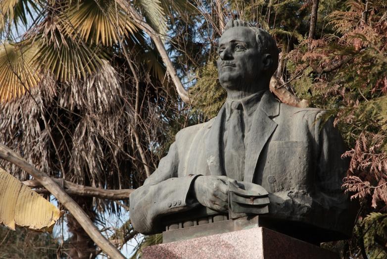 Памятник Нестору Лакобе, Сухум, Ботанический сад
