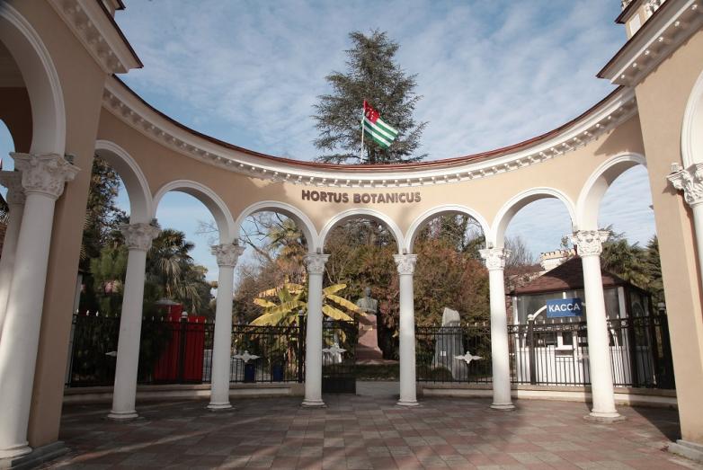 Памятник Нестору Лакоба, Сухум, Ботанический сад