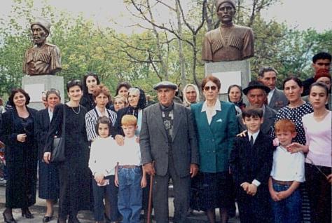 Во дворе средней школы аула Эльбурган в день открытия памятников Умару Микерову и Татлустану Табулову, 8 мая 2001 год