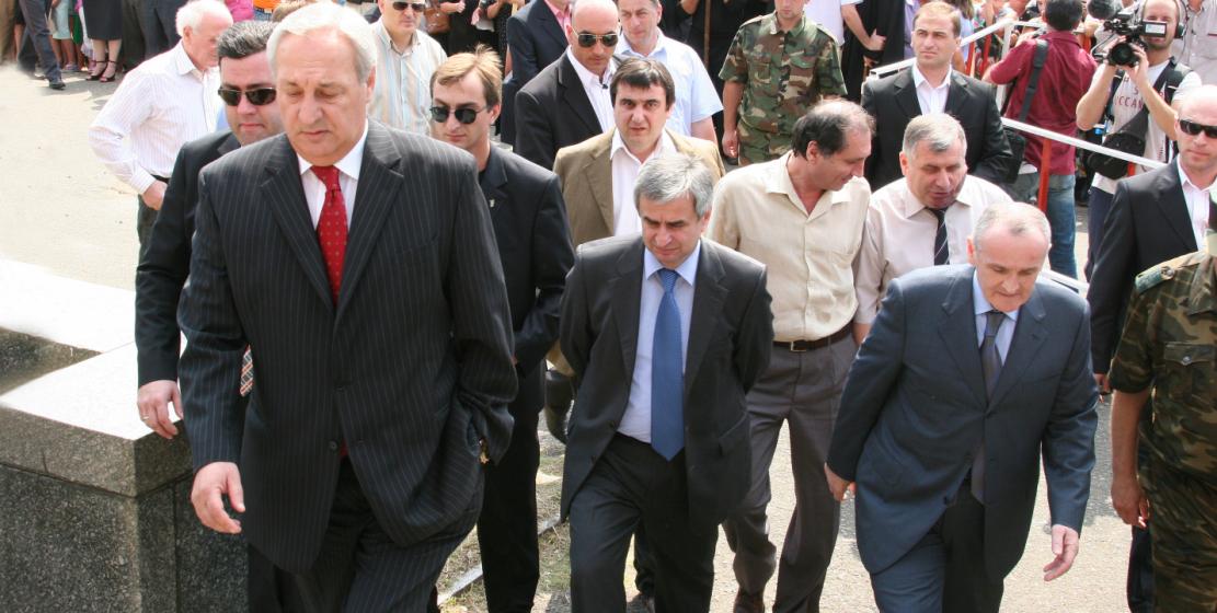 Президент Сергей Багапш поднимается на трибуну в день признания Абхазии Россией, площадь Свободы, 26 августа 2008 года