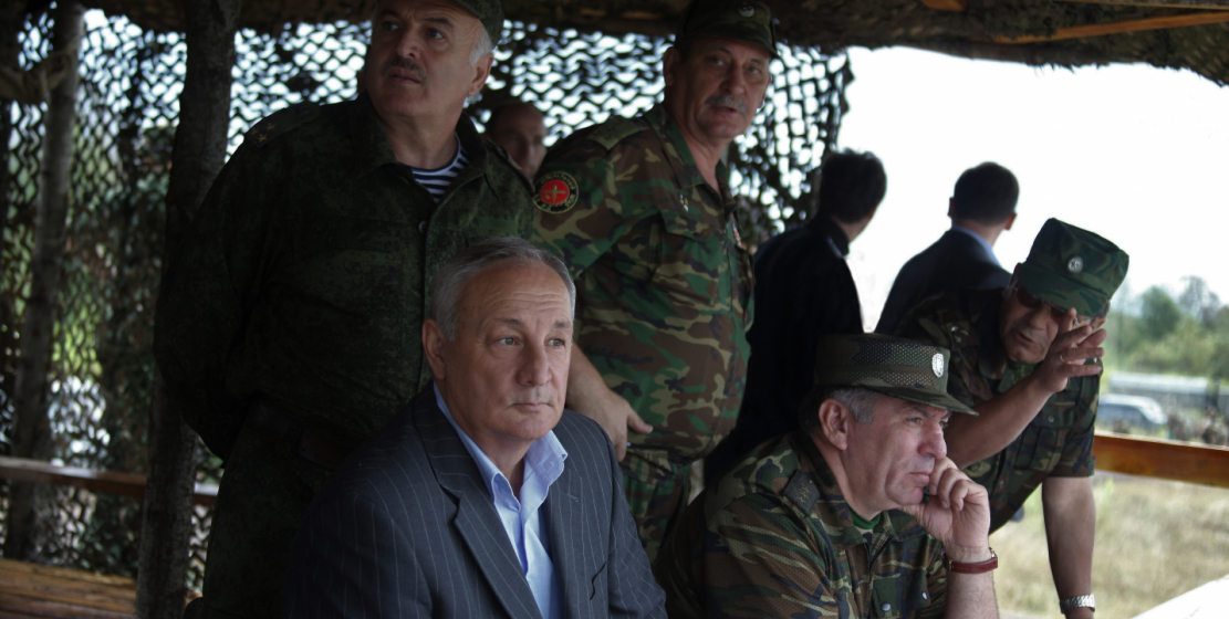 С министром обороны Абхазии Мирабом Кишмария на учениях Вооруженных сил Абхазии
