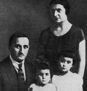 Ефрем Эшба с женой Марией Владимировной и детьми Мариной и Елизаветой. Грозный, 1928 год