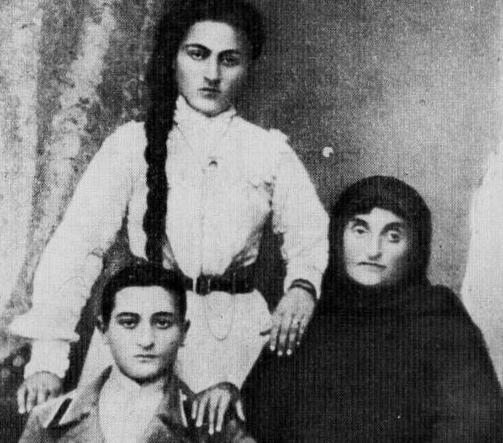 Ефрем Эшба, его мать Марта Зурабовна Апакидзе и сестра Чочо. Сухум, 1905 год