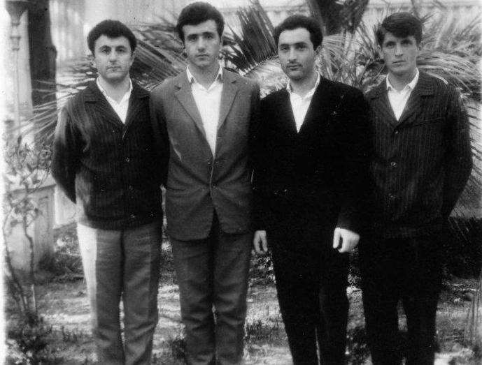 Таиф Аджба (первый справа)