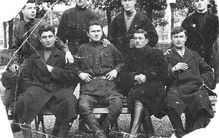 Иуа Когония (в центре) с друзьями