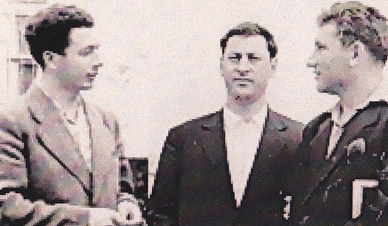 Александр Сарахов и Юрий Калмыков (посередине) на набережной Волги, 1961 год