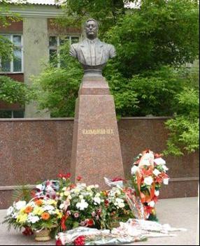 Памятник Юрию Калмыкову в Черкесске
