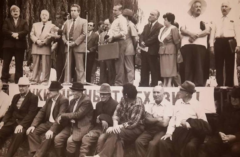 Юрий Калмыков на митинге в поддержку Абхазии на площади Абхазии в городе Нальчик, Кабардино-Балкария, 1992 год