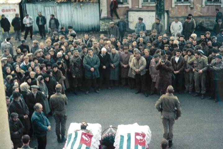 Владислав Ардзинба на похоронах Мушни Хварцкия, Гудаута, декабрь 1992 года