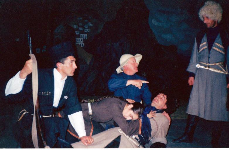 Сцена из спектакля «По следам махаджиров»