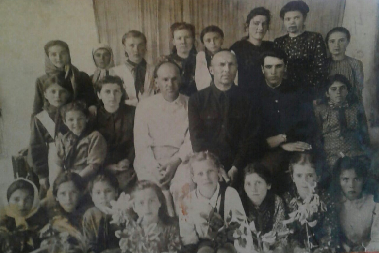 Мать Ларисы Шебзуховой Дина Билялевна Темирова с учениками Хумаринской школы во втором ряду слева третья