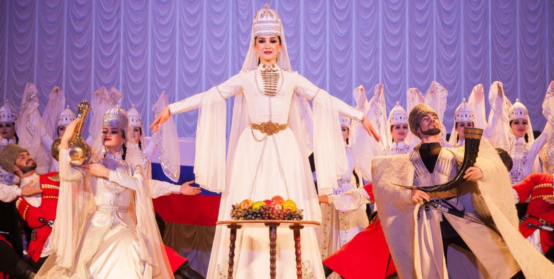 Удивительный танец, во время исполнения которого на сцене появляется девушка с фруктами, демонстрирует известное кавказское гостеприимство