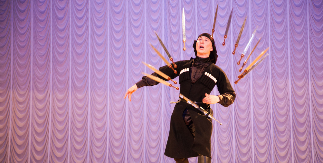 Хорошо известный в Абхазии и во всем мире танец с кинжалами всегда вызывает особый восторг у публики