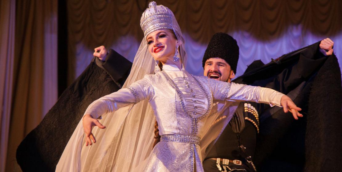 Главная особенность кавказских танцев – сочетание грациозности и скромности танцовщицы с темпераментом танцора