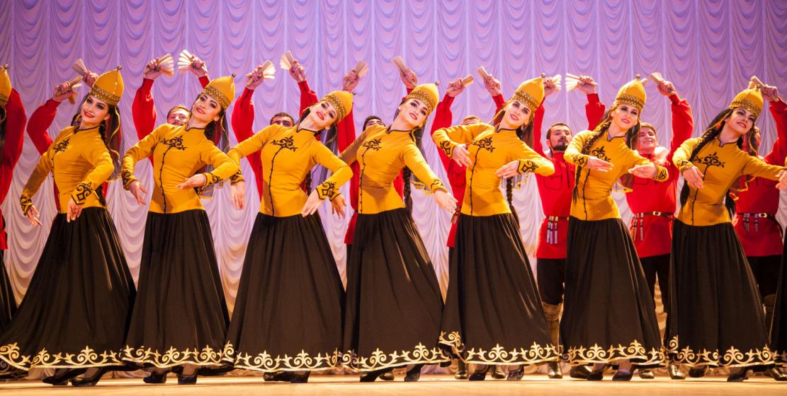 Особенный колорит всем выступлениям «Нальмэса» придают специально сшитые национальные костюмы