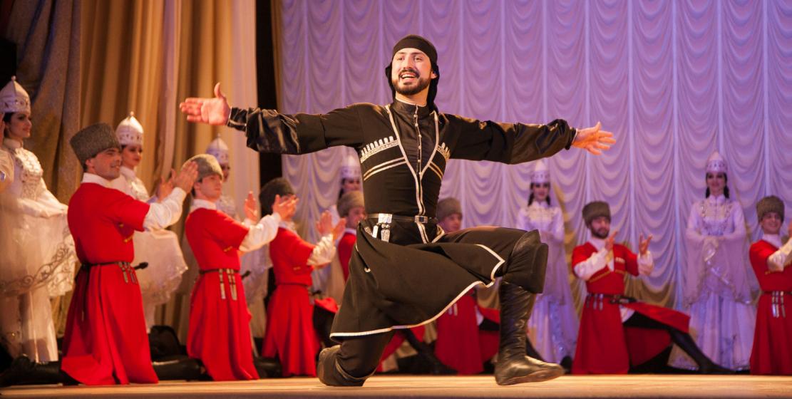 На сцене, в зависимости от танца, выступает одновременно либо 50 человек, либо 30.
