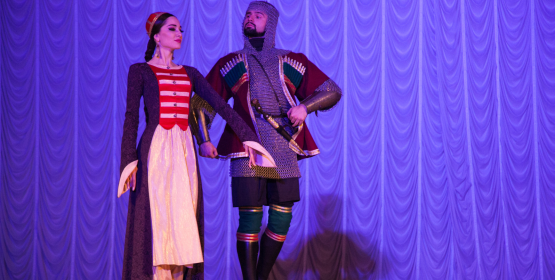 Солисты «Нальмэс» исполняют «княжеский» танец