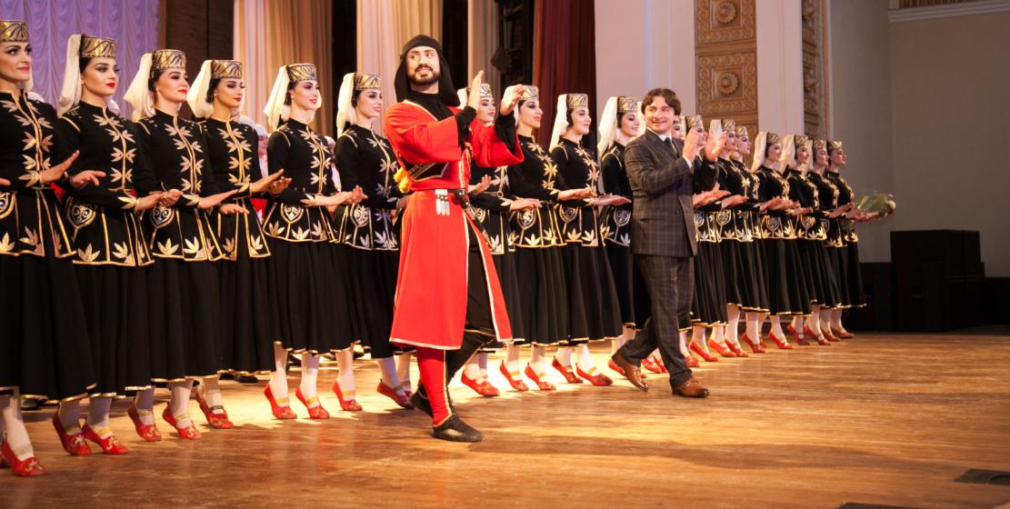 Заслуженный артист Республики Адыгея и Кубани, художественный руководитель ансамбля «Нальмэс» Аслан Хаджаев и его коллектив поблагодарили зрителей за теплый прием