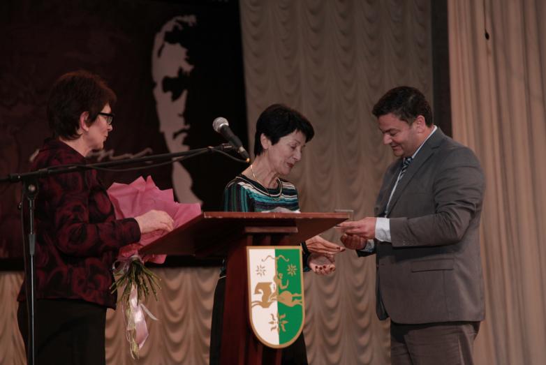 Юбилейную медаль вручили Светлане Джергения - супруге первого президента Абхазии Владислава Ардзинба