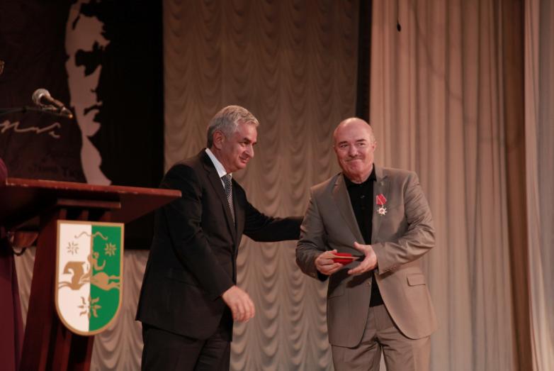 Медалью за вклад в дело репатриации наградили общественного деятеля Октая Чкотуа.