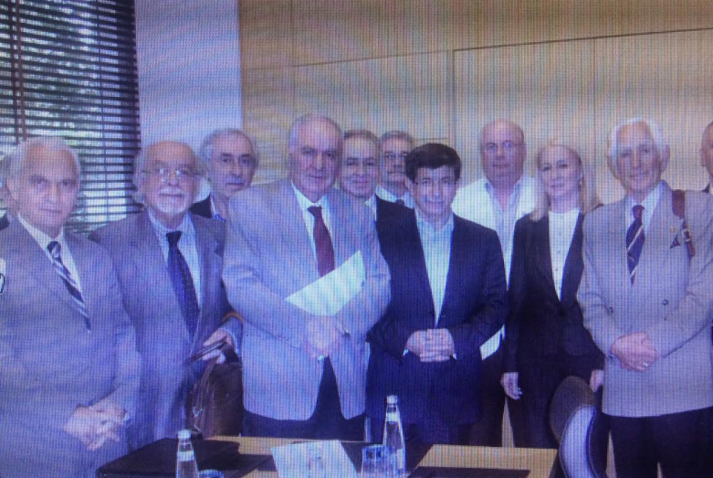 Слева направо: экс-министр иностранных дел Турции Иащар Иакиш, Юрдаиер Марщан, глава Абхазского клуба в городе Дюздже Ферит Смыр, Ирфан Аргун, за ним -Ардащан Бганба, Ахмет Даут-оглы, Аиджан Бедиа, Бедиз Кварацхелиа, Джемалеттин Ардзинба