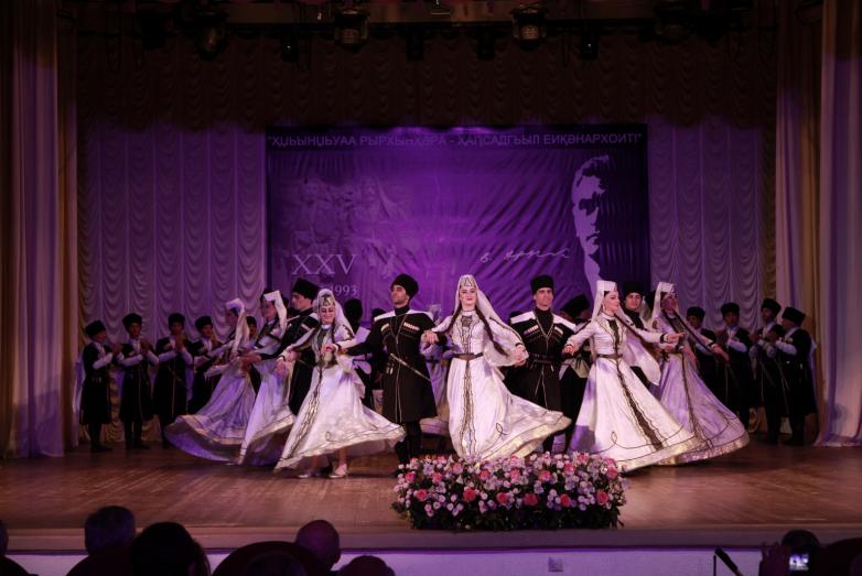 Праздник продолжили танцевальные ансамбли республики.