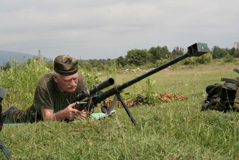 Султан Сосналиев испытывает новый образец оружия работы ткуарчальских оружейников