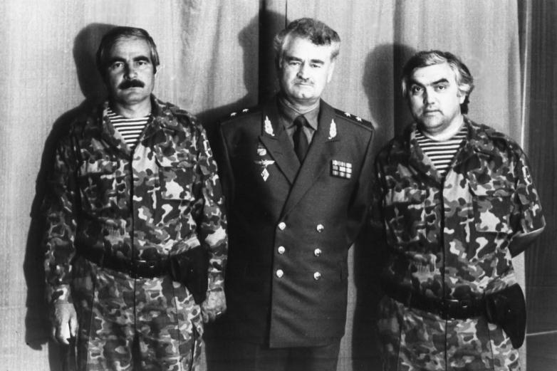 Слева направо: Мусса Дауров - доброволец, черкес, Султан Сосналиев, Инвер (Бек)Терзи-оглы, Сухум, 1994 год