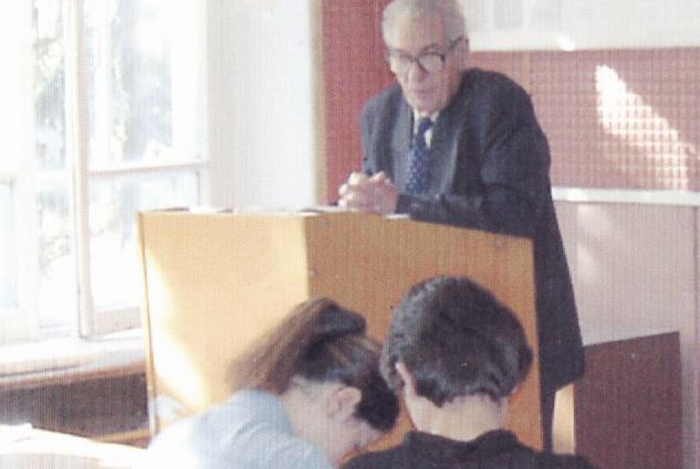 Владимир Тугов читает лекцию студентам