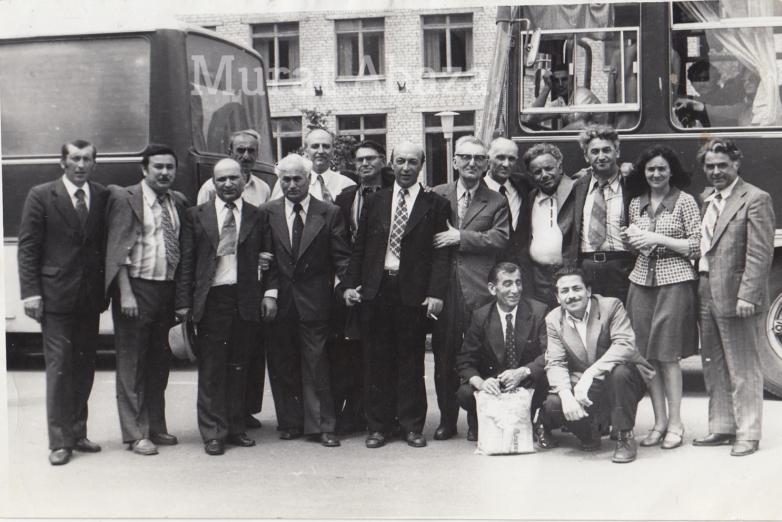 Встреча абазинcкой и абхазской интеллигенции, 1977 год. В центре Бемурза Тхайцухов, сидят Микаэль Чикатуев (справа) и Джемалядин Лагучев (слева)