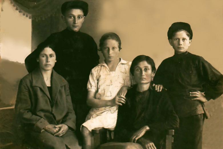 Мать Георгия - Елизавета Вардания.  Георгий вверху слева