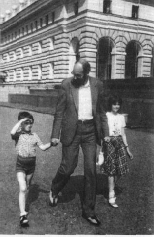 Юрий Воронов с детьми Никой и Тамарой