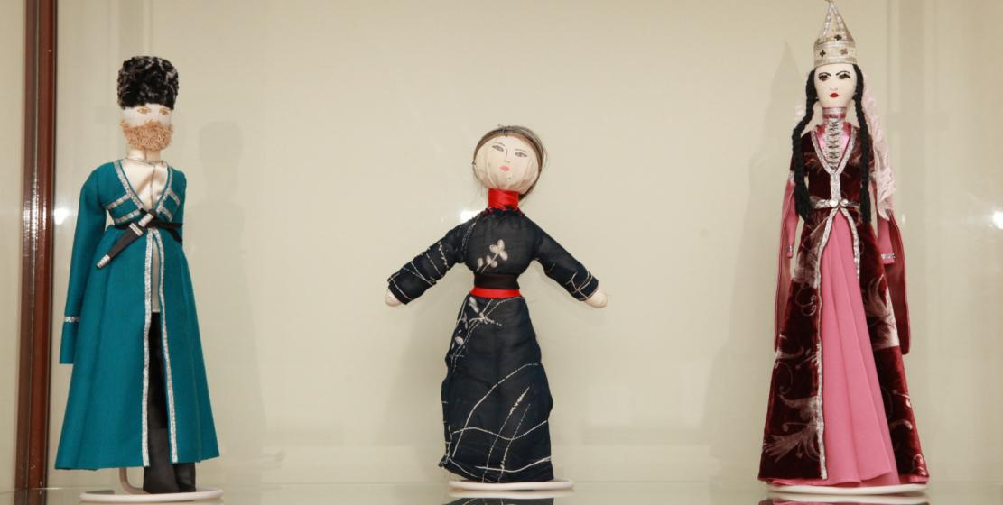 Народные абхазские игрушки стали настоящим раритетом. На фото: куклы, выполненные Мрамзой Марыхуба