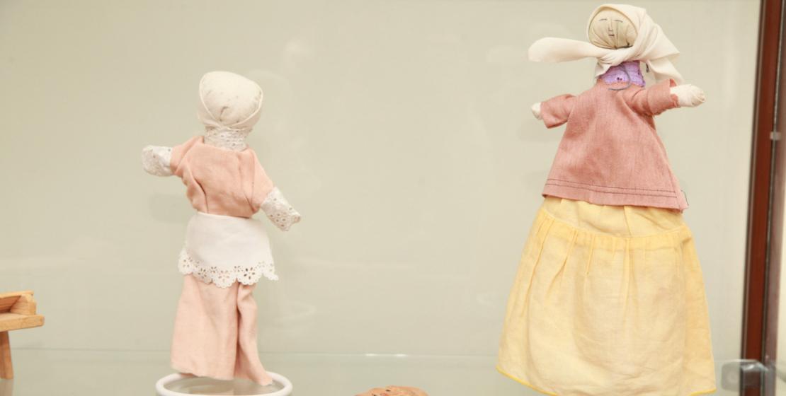 Экспозиция: бабушка и внучка. Куклы изготовлены из натурального дерева и ткани