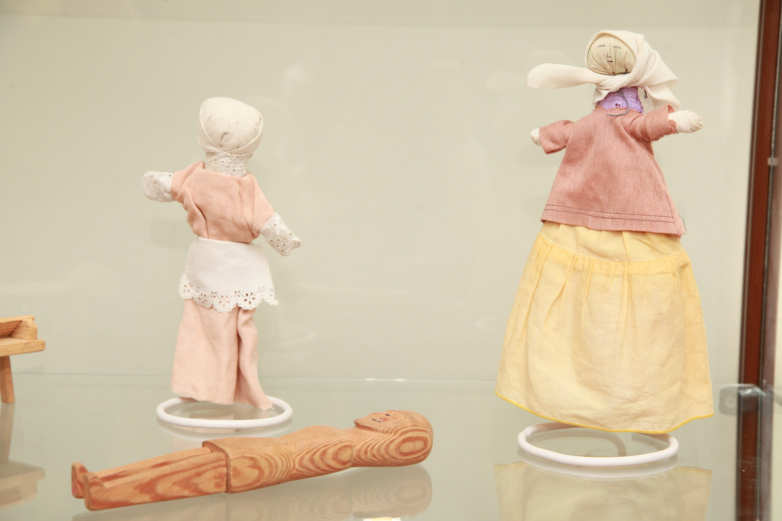 Exposure: grandmother and granddaughter.  Dolls made of natural wood and fabric