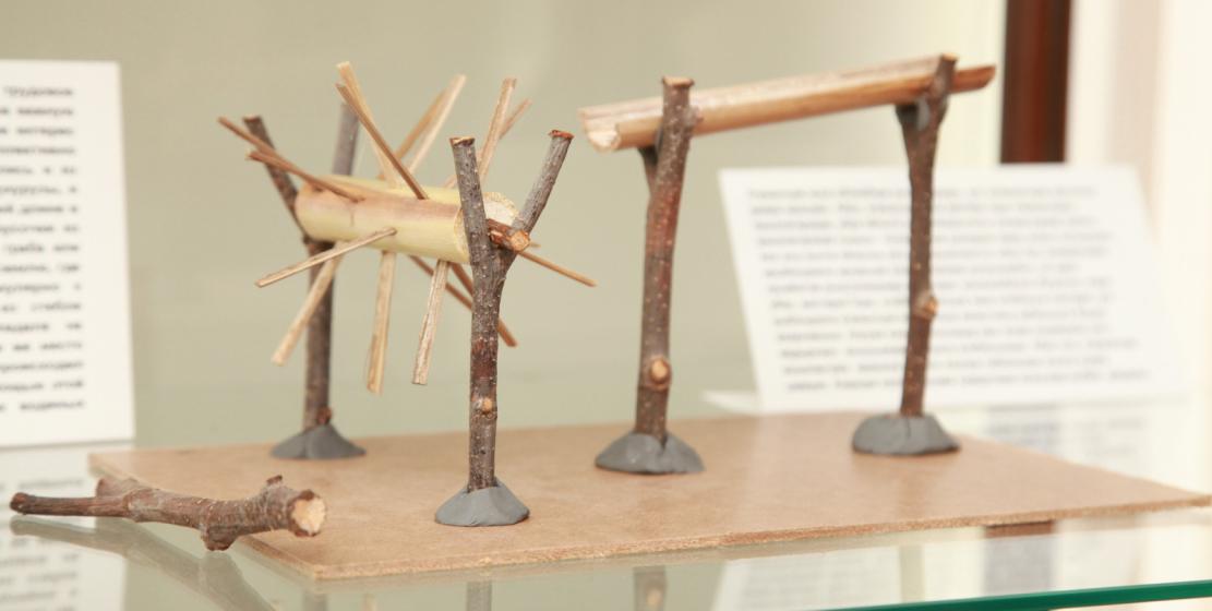 Игрушечная водная мельница из стебля кукурузы