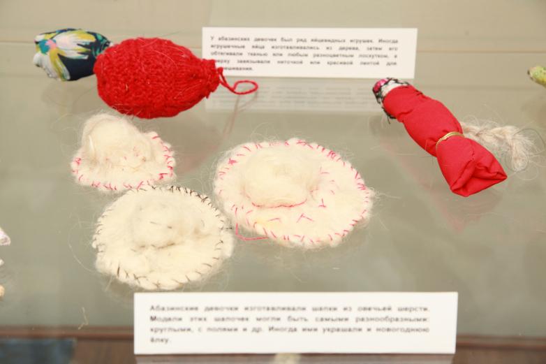 Абазинские игрушки. Раньше абазинские девочки изготавливали шапки из овечьей шерсти