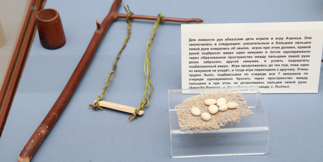 На фото: игрушечные качели. Рядом – камни, которые абхазские дети использовали в одной из национальных игр