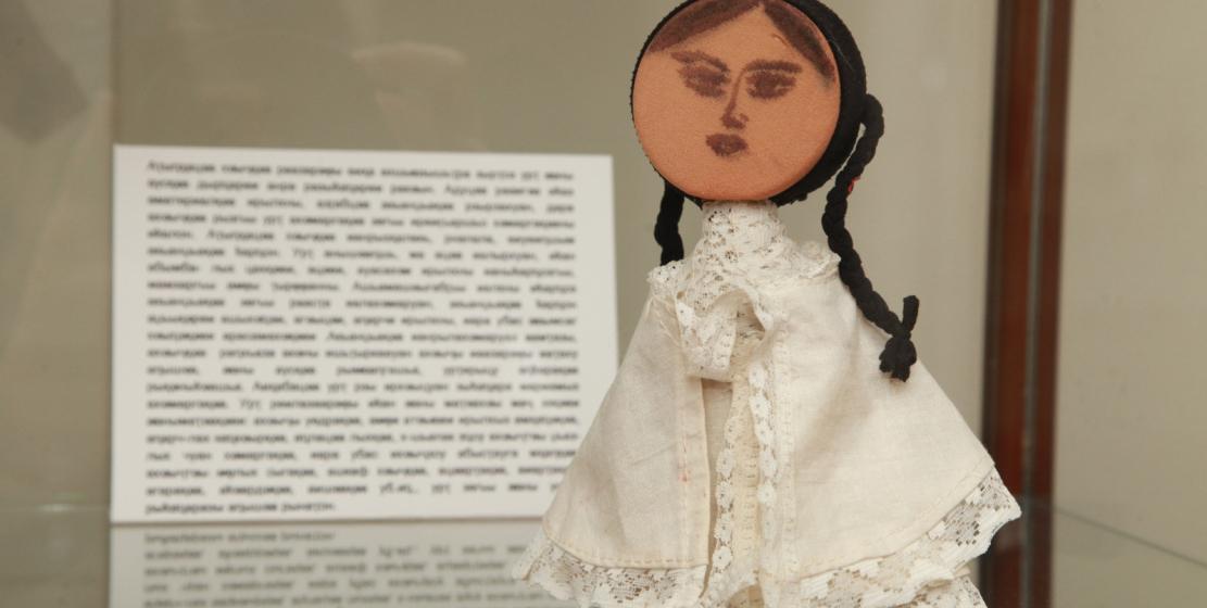 Кукла, выполненная из дерева и ткани. Автор – Людмила Колбая