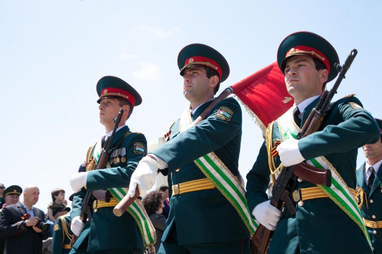 Торжественные мероприятия продолжились военным парадом, который прошел на набережной Диоскуров. В этом году в нем было задействовано около 400 военнослужащих, составивших 11 пеших колонн