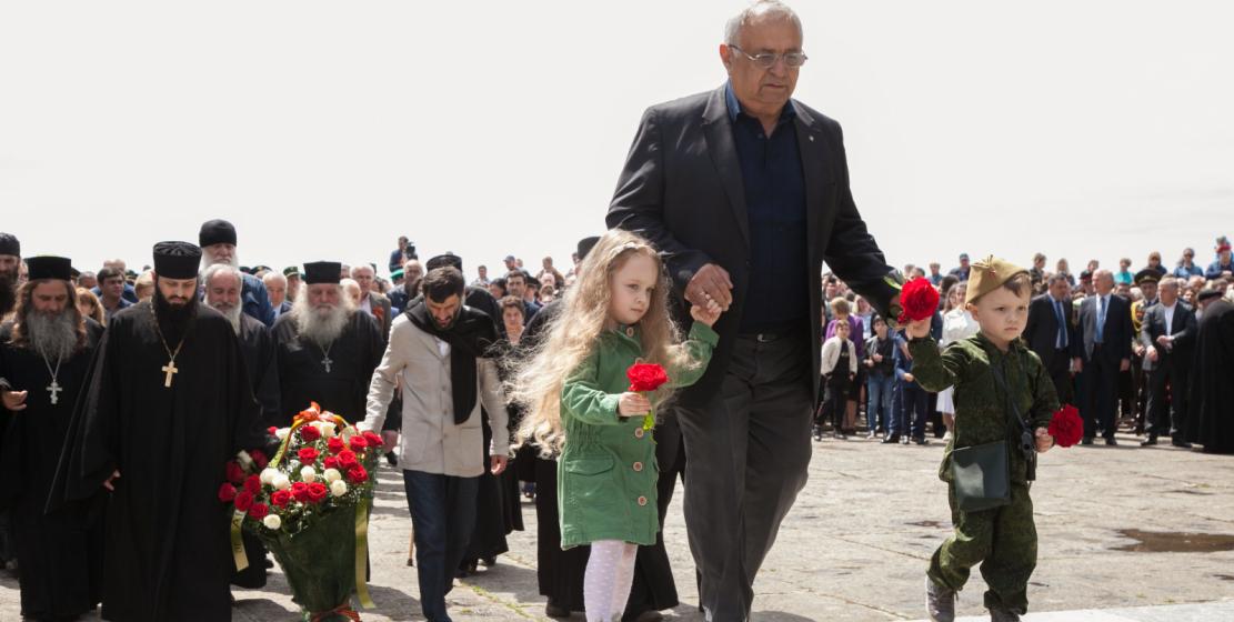 Многие участники праздничных мероприятий были вместе со своими детьми и внуками. На переднем плане фото: абхазский поэт и общественный деятель Геннадий Аламия с внуками