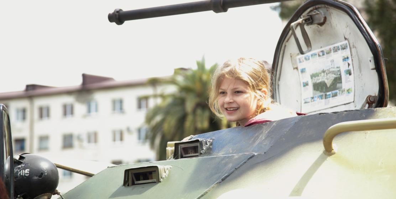 Участницей военного парада стала маленькая девочка, которой позволили прокатиться на танке