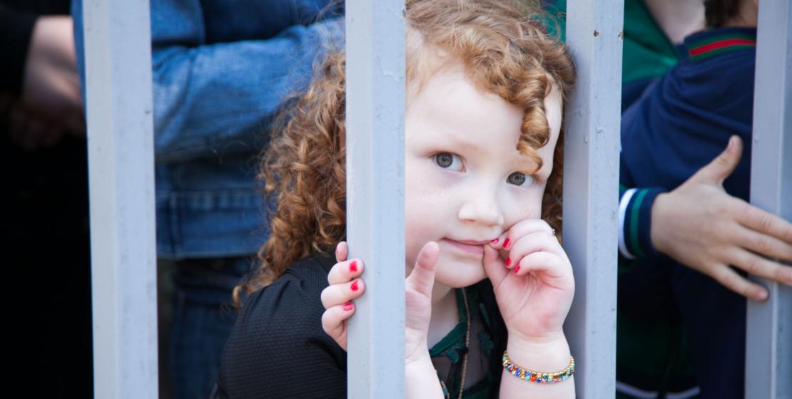В этот день на набережной Диоскуров в Сухуме было много детей. На фото: юная зрительница военного парада