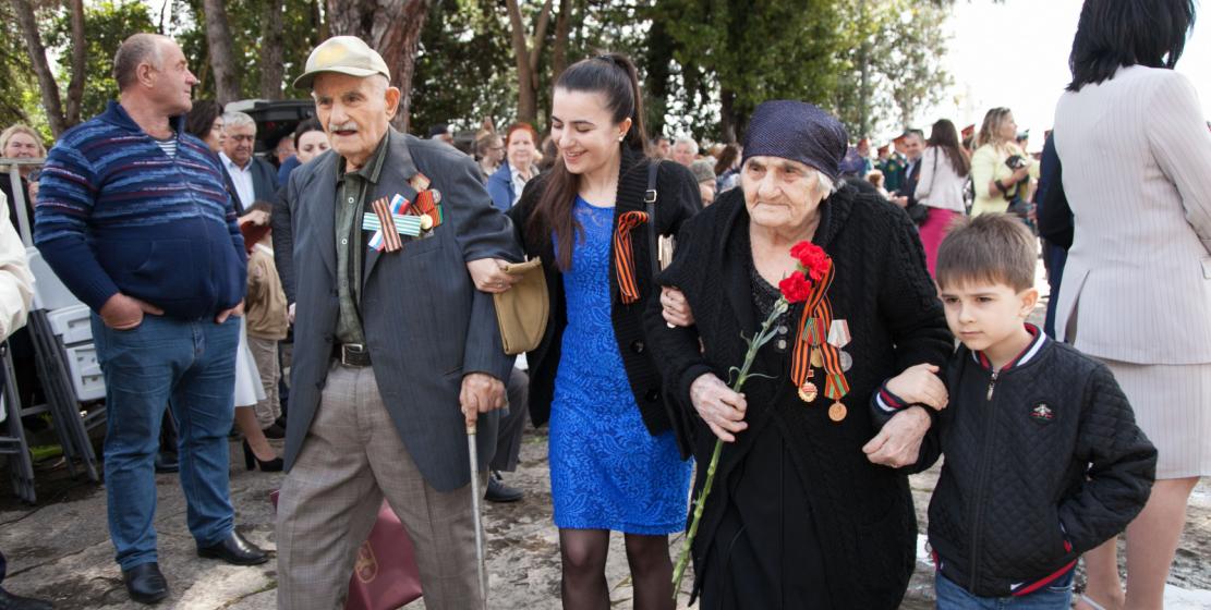 День Победы – великий праздник, объединяющий разные поколения. На фото: ветераны войны со своими внуками